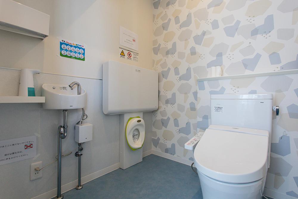 おむつ交換台・授乳スペース付きトイレ